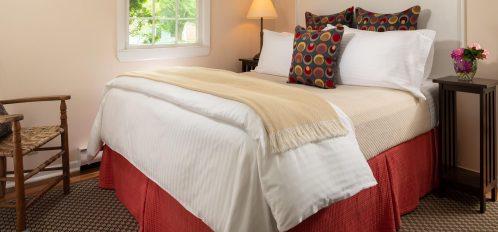 Guestrooms - Bungalow bedroom with a queen bed